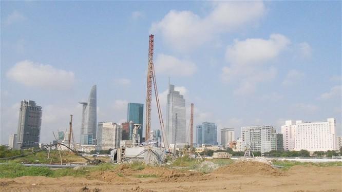Trung tâm TPHCM nhìn từ khu Thủ Thiêm nơi đang có nhiều dự án phát triển hạ tầng đô thị - Ảnh: Văn Nam