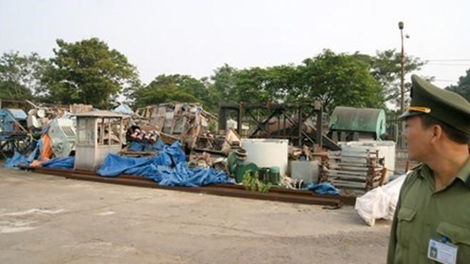 Đống máy móc, thiết bị của các đơn vị thành viên Vinashin (nay là SBIC) vứt chồng chất, hư hỏng tại góc cảng Hải Phòng. Ảnh: Phạm Thanh