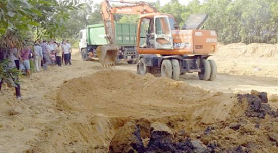 Chất thải chôn trong trang trại ở phường Kỳ Trinh.