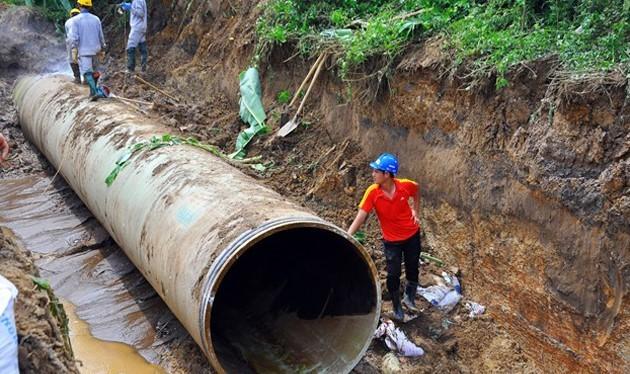 Tuyến ống nước sạch Sông Đà - Hà Nội liên tục bị vỡ ảnh hưởng đến hàng nghìn hộ dân thủ đô. Ảnh: Hoàn Nguyễn.