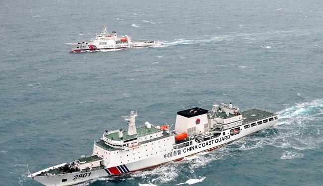 Hai tàu hải cảnh 2901 và tàu hải cảnh 2502 đang hải hành trên vùng nước biển Hoa Đông