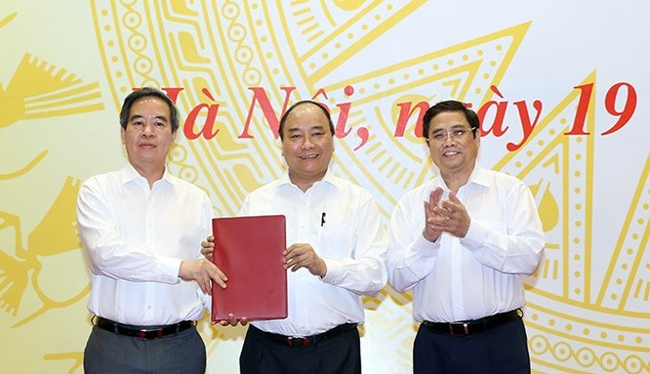 Thủ tướng Nguyễn Xuân Phúc thay mặt Bộ Chính trị trao Quyết định phân công đồng chí Nguyễn Văn Bình, Trưởng Ban Kinh tế Trung ương, giữ chức Trưởng Ban Chỉ đạo Tây Bắc. Ảnh: Zing