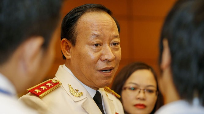 Thượng tướng Lê Quý Vương trả lời báo chí bên hành lang phòng họp Diên Hồng sáng 20-7 - Ảnh: VIỆT DŨNG
