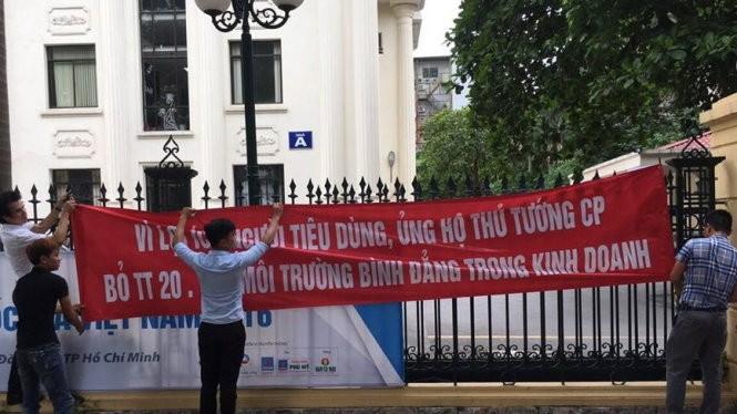 Doanh nghiệp làm biểu ngữ, giăng tại cổng Bộ Công thương để thể hiện thái độ - Ảnh: C.V.K