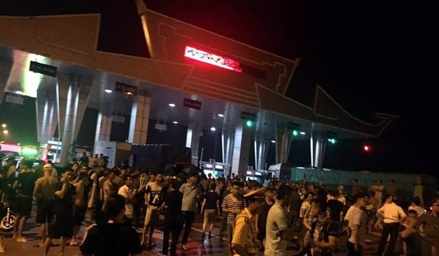 Tối 17/6, người dân đã kéo đến trạm thu phí cầu Hạc Trì để ngăn không cho xe ô tô lưu thông qua đây