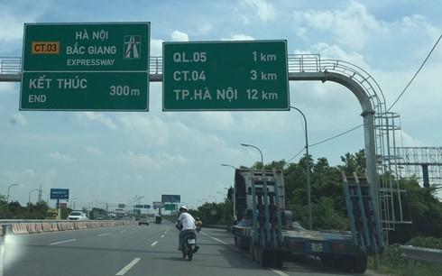 Ô tô và xe máy cùng lưu thông trên tuyến cao tốc Hà Nội - Bắc Giang