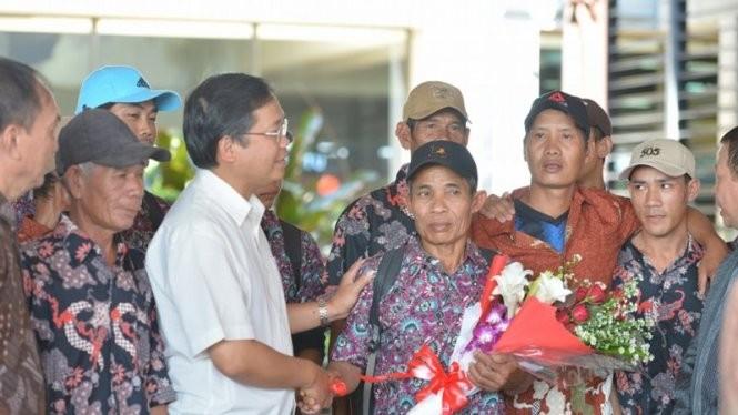Đại sứ Hoàng Anh Tuấn (áo trắng) trong lần đưa tiễn các ngư dân được Indonesia trao trả hồi cuối năm 2015 tại sân bay Soekarno-Hatta - Ảnh: ĐSQ VN tại Indonesia