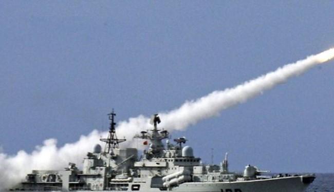 Khu trục hạm Hàng Châu của hải quân Trung Quốc phóng tên lửa trong một cuộc tập trận ở Biển Đông