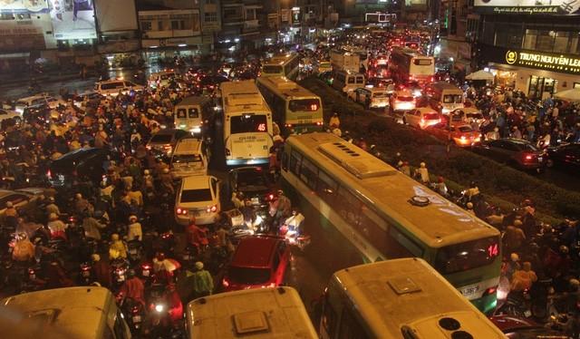 Cảnh người và xe khốn đốn trên đường Nguyễn Hữu Cảnh.