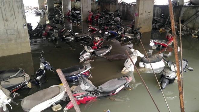 Bãi giữ xe số 5D đường Nguyễn Siêu (quận 1), cả nghìn chiếc xe đến trưa nay vẫn còn chìm trong nước.