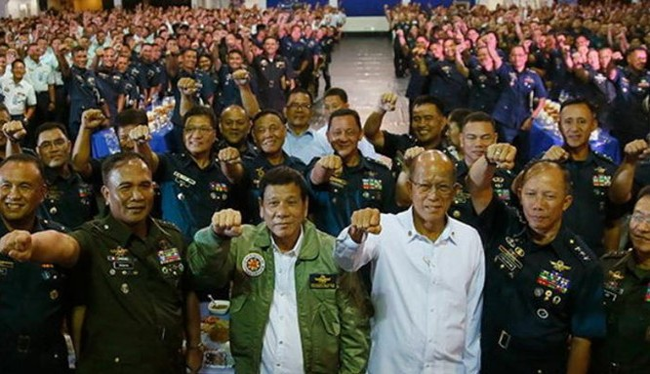 Tổng thống Philippines Rodrigo Duterte và Bộ trưởng Quốc phòng Philippines Delfin Lorenzana (áo trắng)