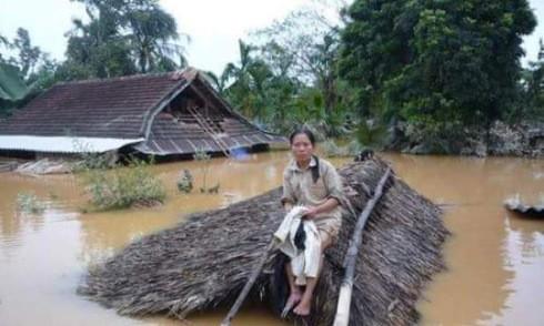 Người dân miền Trung lại gồng mình trong mưa lũ