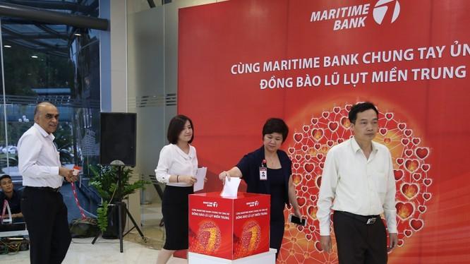 Cán bộ, nhân viên Maritime Bank cùng đóng góp gây nguồn ủng hộ đồng bào tỉnh miền Trung đang bị thiệt hại do lũ lụt. Ảnh do ngân hàng cung cấp