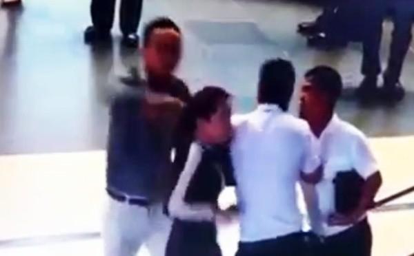 Bà Quỳnh Anh đang bị đánh tại sân bay. Hình cắt từ clip do camera an ninh ghi lại.