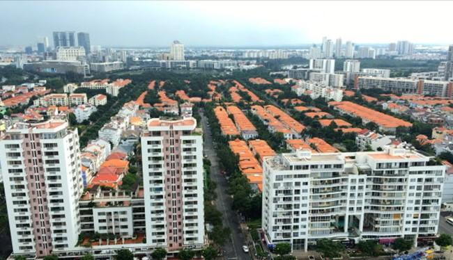 Việc đánh thuế người có nhiều nhà sẽ tạo ra nguồn thu để phát triển đô thị và không đẩy giá nhà tăng quá nóng. Trong ảnh: khu nhà ở tại quận 7, TP.HCM - Ảnh: Tự Trung