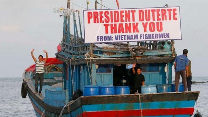 """Ngư dân Việt Nam giăng dòng chữ: """"Cảm ơn Tổng thống Duterte. Lời cảm ơn từ ngư dân Việt Nam"""". Ảnh: AP."""