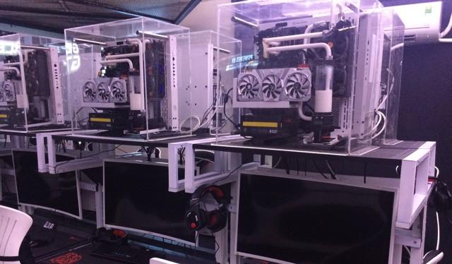 """Hệ thống cao cấp nhất dùng thùng máy """"lộ thiên"""" để khoe vẻ đẹp của linh kiện."""