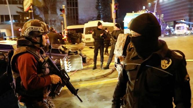 Cảnh sát ngay lập tức phong tỏa khu vực xảy ra vụ ám sát. Ảnh: Reuters.