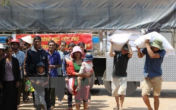 Cấp gạo cho các hộ khó khăn bị ảnh hưởng do hạn hán tại xã Đắk Lắk. (Ảnh: Dương Giang/TTXVN)