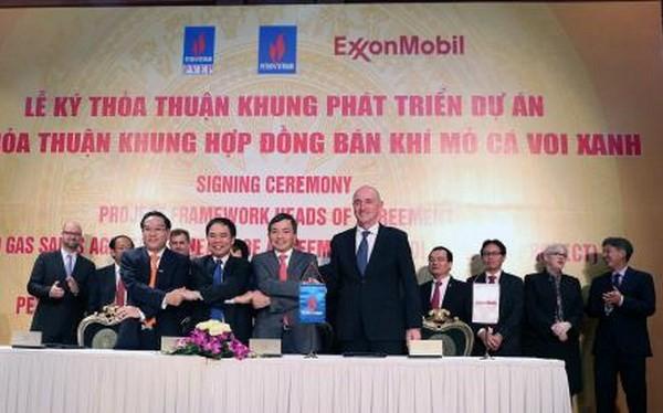 Lễ ký kết thỏa thuận khung phát triển dự án điện khí từ mỏ khí Cá Voi Xanh. (Ảnh TTXVN)