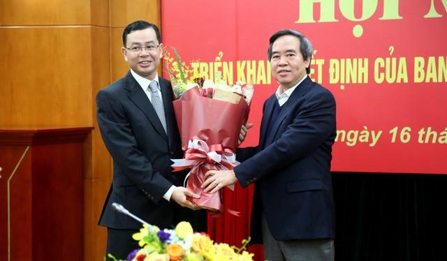 Trưởng Ban Kinh tế Trung ương Nguyễn Văn Bình chúc mừng tân Phó Trưởng ban Ngô Văn Tuấn