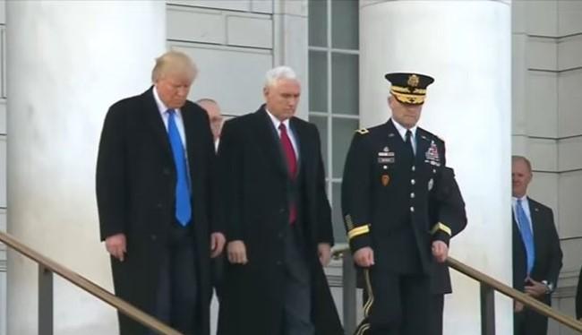 Ông Donald Trump và ông Mike Pence đến đặt vòng hoa tại Nghĩa trang Quốc gia Arlington