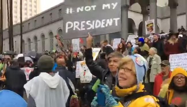 Người Mỹ xuống đường biểu tình phản đối ông Trump ở Los Angeles