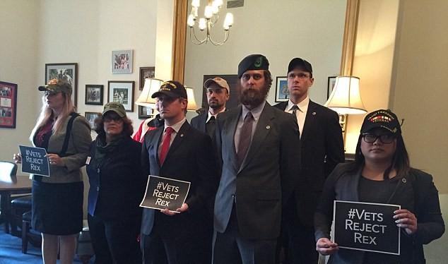 Các cựu binh Mỹ phản đối một bổ nhiệm của ông Trump. Ảnh: Daily Mail