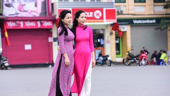 Nhiều cô gái trẻ xúng xinh áo dài đi chụp ảnh trong tiết trời mát mẻ của Tết Đinh Dậu 2017.