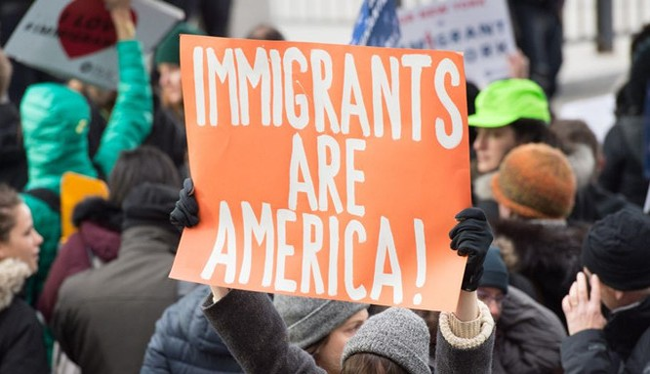 Biểu tình chống lệnh cấm mới của ông Trump tại sân bay John F Kennedy ở New York.