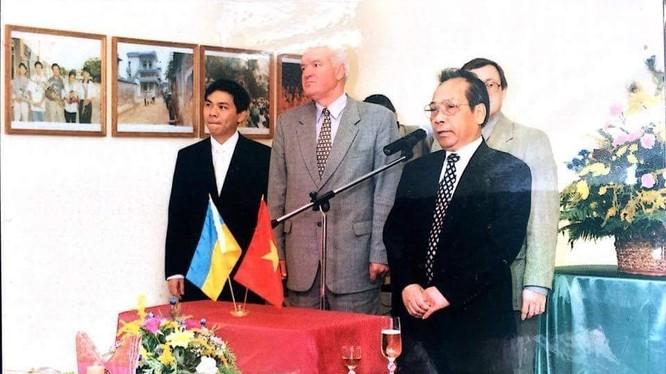 Ông Pilipchuk M.D cùng ngài Đại sứ ĐMTQ Việt Nam tại Ucraina Đoàn Đức và ông Phạm Nhật Vượng tại buổi gặp mặt các cựu chiến binh Liên Xô đã từng tham gia chiến đấu tại VN.