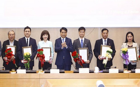 Chủ tịch UBND TP Hà Nội Nguyễn Đức Chung trao quyết định bộ nhiệm và chúc mừng các thành viên Ban Giám đốc Quỹ Đầu tư phát triển TP Hà Nội