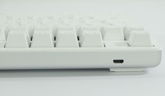 Ở mặt sau là cổng microUSB để kết nối bàn phím với máy tính