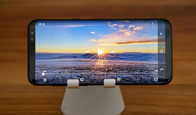 Màn hình cong tràn vô cực cùng chất lượng âm thanh cải tiến vượt bậc của Galaxy S8 sẽ mang đến cho người dùng trải nghiệm điện ảnh đúng chuẩn rạp chiếu.