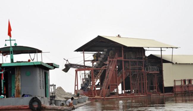 Các dự án khai thác cát trên sông Cầu qua huyện Quế Võ (Bắc Ninh) đã tạm dừng. Tàu cát tập kết, án binh bất động ở tỉnh Bắc Giang. Ảnh: VnExpress