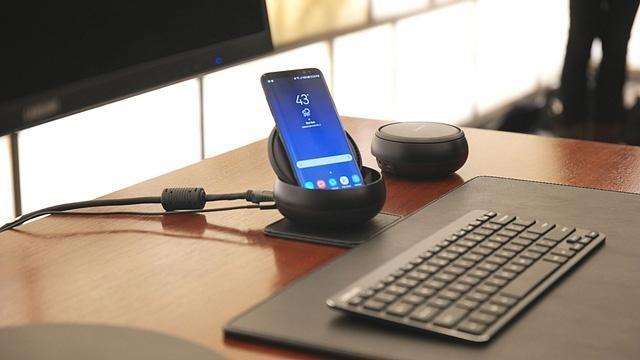 Bộ phụ kiện Samsung DeX giúp mang đến trải nghiệm desktop cho Galaxy S8.