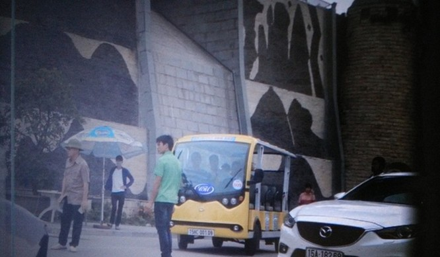 Xe của Công ty CP Hoàng Hồng Vân đang chặn cửa ra vào Khu du lịch quốc tế Hòn Dáu thuộc Đồ Sơn, Hải Phòng. Ảnh do doanh nghiệp cung cấp.