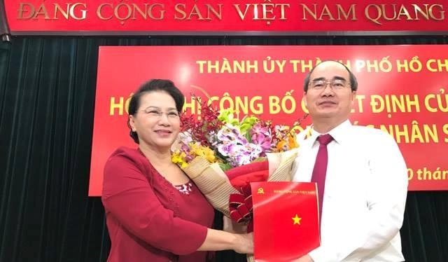 Chủ tịch Quốc hội Nguyễn Thị Kim Ngân trao quyết định cho ông Nguyễn Thiện Nhân. Ảnh Thanh Niên