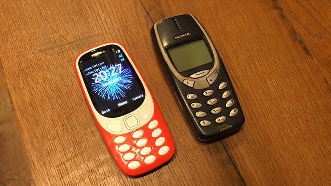 Nokia 3310 phiên bản 2017 mới (trái) và phiên bản nguyên thủy năm 2000 (phải)