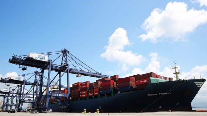 Tàu Huyndai Premium tải cảng CICT ngày 6/6. Ảnh: Thanh Tân