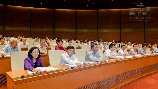 Đại biểu Quốc hội bấm nút biểu quyết thông qua dự thảo Luật - Ảnh: Cổng TTĐT QH