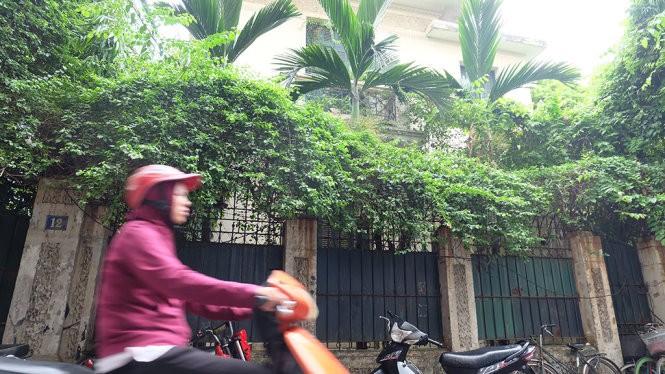 Căn biệt thự công vụ 12 Nguyễn Chế Nghĩa, quận Hoàn Kiếm có diện tích hơn 410m2 bỏ hoang từ tháng 12-2014 đến nay - Ảnh: XUÂN LONG