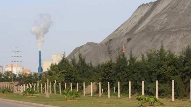 DAP Đình Vũ hoạt động sinh ra một núi chất thải, và khối lỗ hàng trăm tỷ đồng. Ảnh: VietTimes