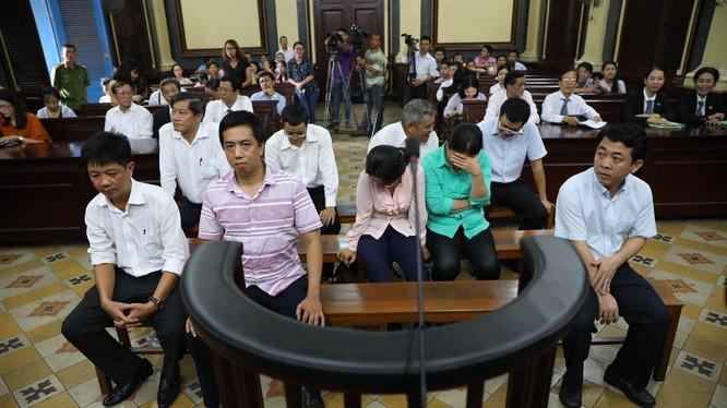Các bị cáo trong vụ án VN Pharma Việt Nam tại tòa ngày 29/6. Ảnh: Dân trí