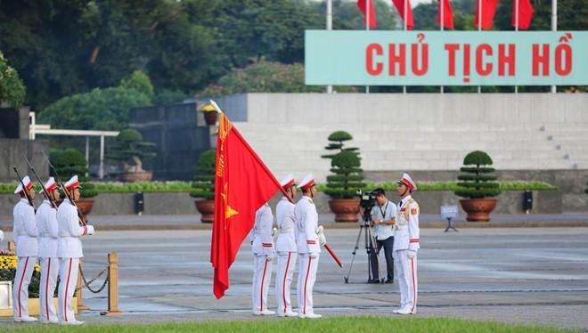 Nghi lễ chào cờ được thực hiện trang nghiêm, trong không khí thiêng liêng, thành kính