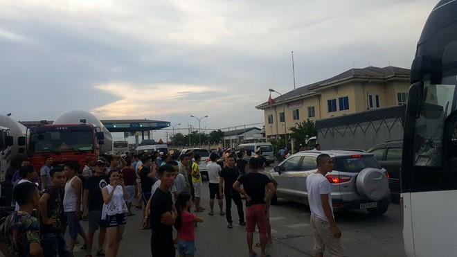 Trạm thu phí quốc lộ 5 đoạn qua Văn Lâm, Hưng Yên bị ùn tắc khi tài xế sử dụng tiền lẻ trả phí. Ảnh: Otofun.