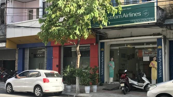 Dãy nhà gồm ba căn mà gia đình ông Nguyễn Xuân Anh đang sử dụng, trong đó nhà số 47 Nguyễn Thái Học được làm trụ sở Công ty TNHH Xuân Minh Phát (đại lý vé máy bay) Ảnh: B.C.X.