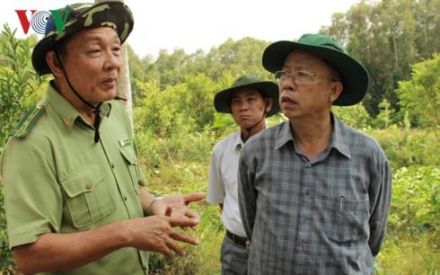 Bí thư Tỉnh ủy Trần Công Chánh (phải) nghe ngành kiểm lâm báo cáo về công tác phòng chống cháy rừng, hạn mặn tại huyện Phụng Hiệp, tỉnh Hậu Giang.