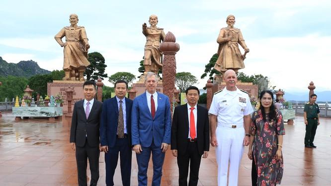 Đại sứ Mỹ tại Việt Nam Ted Osius và Tư lệnh Hạm đội Thái Bình Dương Scott Swift thăm khu di tích Bạch Đằng Giang. Ảnh Duy Thính