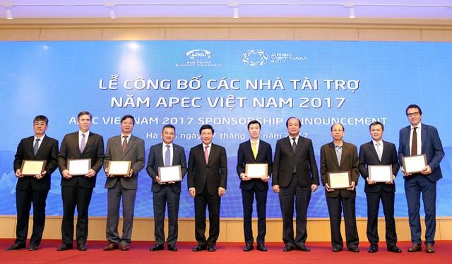 Phó Thủ tướng Phạm Bình Minh trao kỷ niệm chương ghi danh 8 nhà tài trợ đặc biệt cho APEC Việt Nam 2017